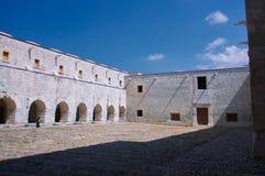 墨西哥瓦哈卡圣多明哥有偏僻的woma的修道院庭院 库存图片