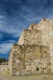 墨西哥瓦哈卡Monte奥尔本pyramide墙壁和天空 库存照片