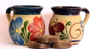 墨西哥瓦器,有花卉装饰的杯子 库存照片