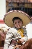 墨西哥男孩佩带的阔边帽 免版税库存照片