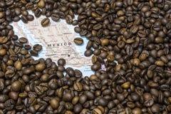 墨西哥的地图在咖啡豆下背景的  免版税库存图片