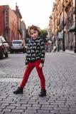 墨西哥的街道的小女孩 免版税库存图片