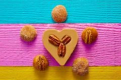 墨西哥糖果甜点cajeta心脏用胡桃 免版税库存图片