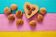 墨西哥糖果甜点cajeta心脏用胡桃 库存图片