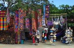 墨西哥纪念品在被即兴创作的露天商店 库存图片