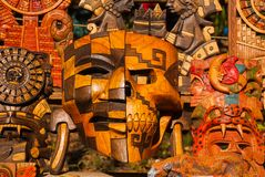 墨西哥纪念品由木头制成在市场上游人的 掩没部落玛雅人、头骨、小雕象和艺术和工艺 墨西哥 免版税库存照片