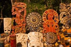 墨西哥纪念品由木头制成在市场上游人的 掩没部落玛雅人、头骨、小雕象和艺术和工艺 墨西哥 库存图片
