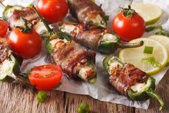 墨西哥胡椒以子弹密击用在烟肉特写镜头包裹的希腊白软干酪 贺尔 库存图片