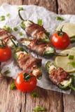 墨西哥胡椒以子弹密击用在烟肉特写镜头包裹的希腊白软干酪 ver 免版税库存照片