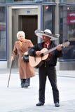 墨西哥街道音乐家在马德里西班牙弹吉他 图库摄影