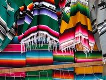 墨西哥被编织的sarapes 免版税库存图片