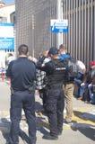 墨西哥警察和提华纳美国边界篱芭 免版税库存照片