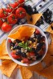 墨西哥辣调味汁和玉米片烤干酪辣味玉米片特写镜头 垂直的顶视图 免版税库存图片