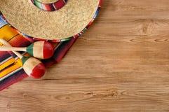 墨西哥阔边帽和毯子在松木地板上 免版税库存照片