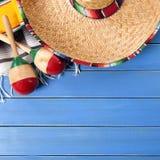 墨西哥阔边帽cinco de马约角蓝色木背景