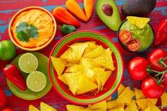 墨西哥食物烤干酪辣味玉米片和鳄梨调味酱捣碎的鳄梨酱辣味番茄酱 库存图片