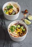 墨西哥鸡玉米粉薄烙饼汤用玉米、豆和鲕梨 免版税图库摄影