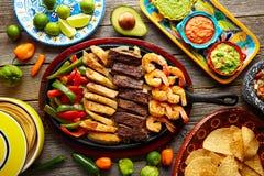 墨西哥组合牛肉鸡法加它虾 免版税库存照片