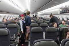 墨西哥- 2017年11月22日:与人的Aeromexico波音787Â Dreamliner内部 免版税库存照片