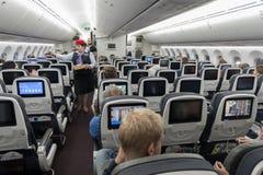 墨西哥- 2017年11月22日:与客舱乘员组的Aeromexico波音787Â Dreamliner内部 免版税库存图片