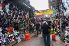 墨西哥- 2017年10月19日:与许多鞋子的墨西哥市场在销售中 图库摄影