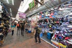 墨西哥- 2017年10月19日:与鞋子的墨西哥市场在销售中 免版税库存照片