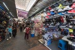 墨西哥- 2017年10月19日:与鞋子的墨西哥市场在销售中 库存图片
