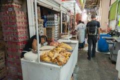 墨西哥- 2017年10月19日:与鸡的墨西哥市场在销售中 免版税库存照片