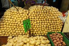 墨西哥- 2017年10月19日:与Potatos的墨西哥市场在销售中 免版税库存图片
