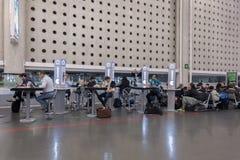 墨西哥- 2017年11月22日:国际墨西哥机场内部 库存图片