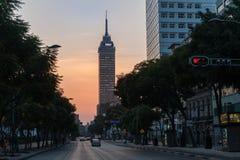 墨西哥- 2017年10月19日:墨西哥与交通的早晨都市风景 图库摄影