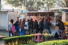 墨西哥- 2017年10月19日:墨西哥与地方人和食物店的早晨都市风景 库存图片