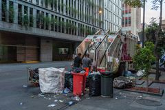 墨西哥- 2017年10月19日:墨西哥与垃圾车和人的早晨都市风景 免版税库存图片