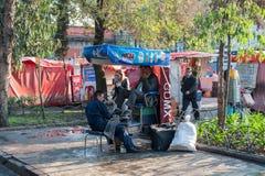 墨西哥- 2017年10月19日:墨西哥与当地人民清洗的鞋子的早晨都市风景 库存照片