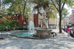 墨西哥- 2017年10月19日:墨西哥与当地人民的早晨都市风景 库存照片