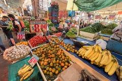 墨西哥- 2017年10月19日:墨西哥市场用水果和蔬菜 库存照片