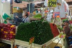 墨西哥- 2017年10月19日:墨西哥市场用许多水果和蔬菜 库存图片
