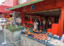 墨西哥- 2017年10月19日:墨西哥市场用调味汁和菜 免版税库存照片