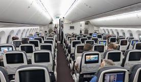 墨西哥- 2017年11月22日:墨西哥- 2017年11月22日:与客舱乘员组的Aeromexico波音787Â Dreamliner内部 免版税库存照片