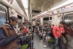 墨西哥- 2017年10月26日:有地方人旅行的墨西哥城地下火车 管,火车 免版税库存照片