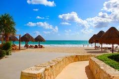 墨西哥 旅馆` Iberostar盛大Paraiso `的海滩 免版税库存图片