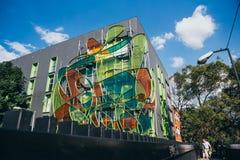 墨西哥- 9月19 :与装饰的颜色玻璃的现代大厦 免版税库存照片