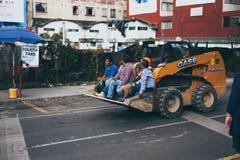 墨西哥- 9月19 :乘坐在推土机顶部的人在s在墨西哥城街道  免版税库存照片