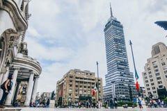 墨西哥- 9月20 :人人群艺术广场宫殿的有拉丁美洲的塔的在背景中 免版税库存图片