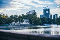 墨西哥- 9月19 :从查普特佩克森林` s湖看见的墨西哥城大厦 免版税库存照片
