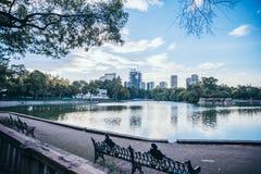 墨西哥- 9月19 :从查普特佩克森林` s湖看见的墨西哥城大厦 图库摄影