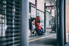 墨西哥- 9月19 :哭泣在公共汽车站的两名墨西哥妇女在墨西哥城在地震以后 库存图片