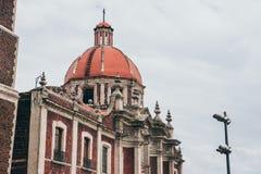 墨西哥- 9月20 :在我们的瓜达卢佩河夫人广场大教堂的教会圆顶  库存图片