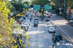 墨西哥- 9月19 :在繁忙运输的车在地震以后 库存照片