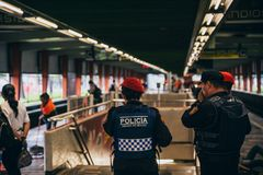 墨西哥- 9月20 :巡逻在地铁站的警察在地震以后 库存照片